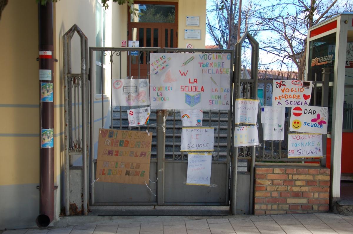 I cartelli affissi davanti alla scuola Primaria